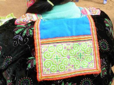 モン族のおしゃれな襟飾り