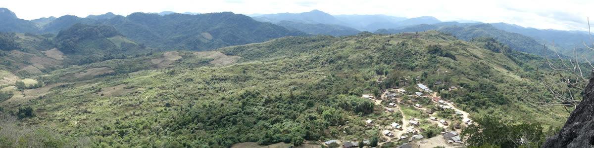山の民モン族の村