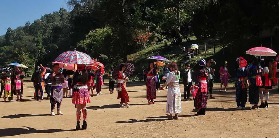 モン(Hmong)族のお正月_まり投げ 織り人(Orijin)