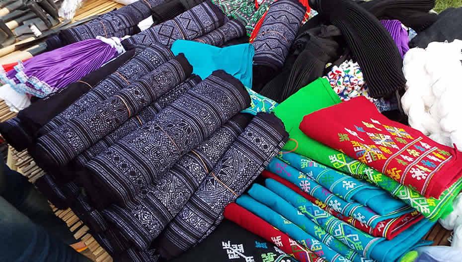 モン市場で売られるスカート用の藍染めろうけつ染め綿布