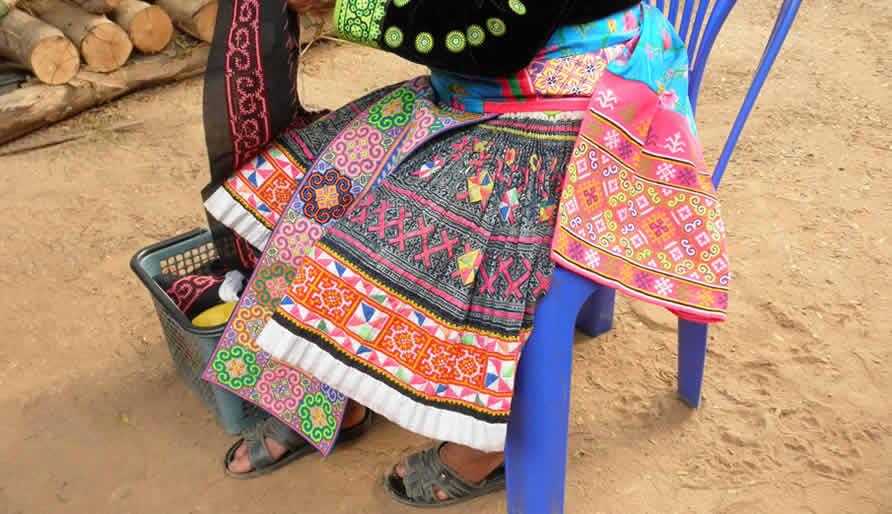 モン族のスカートとミエン族の文様の帯