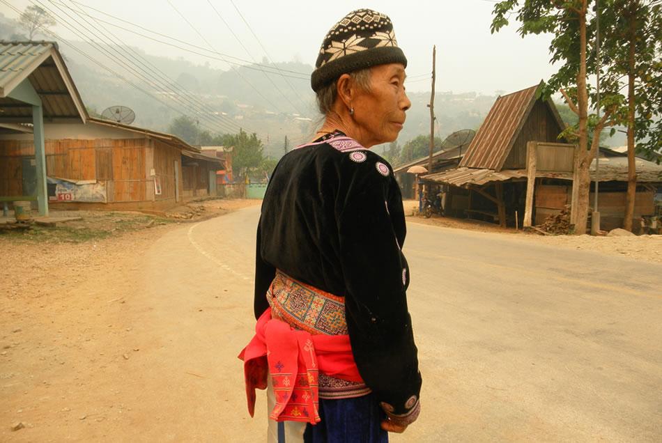 モン(Hmong)族の民族衣装のミエン族の刺繍の入ったピンクの腰帯