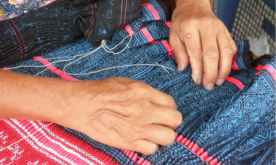 モン(Hmong)族のプリーツスカート_織り人 width=