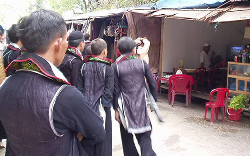 ベトナム黒モン族のてかてかの服