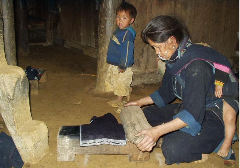 ベトナム北部の黒モン(Hmong)族のぴかぴかの衣装