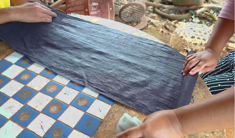 タイ青モン族の藍染めぴかぴか布の作り方