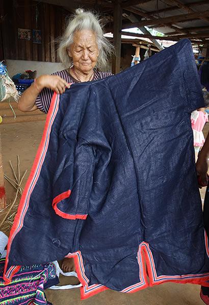 タイ青モン族の藍染め麻布のぴかぴかの死装束