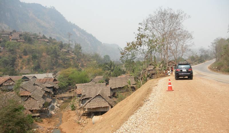 タイの難民キャンプ_織り人 width=